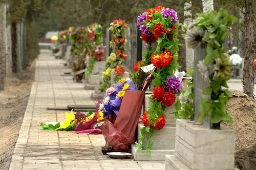 多地墓地现公墓维护费到期
