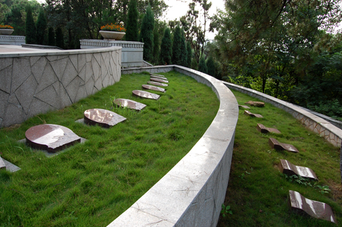 加强农村公益性公墓建设