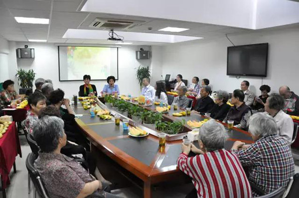 宝兴殡仪馆志愿者与黄山街道老人共度重阳佳节